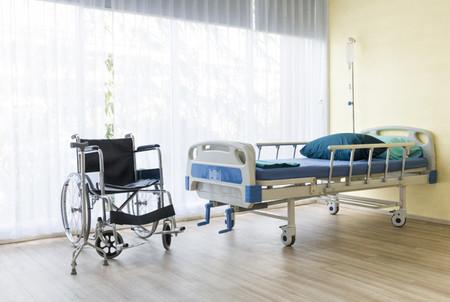 Left or right sala de hospital com leito vazio aparelho de infusao liquido intravenoso e cadeiras de rodas 53255 138